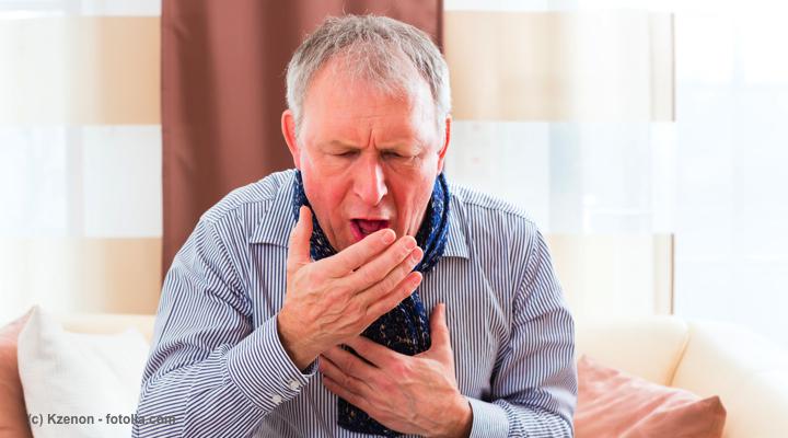 咳をする高齢者の男性