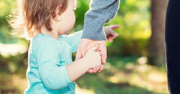 子どもと手をつなぐとき注意すべきたった1つのこと:肘内障に要注意!の写真