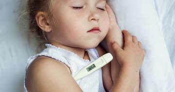 子どもが熱を出したらどうしたら良い?受診のタイミングと家庭での対応方法の写真