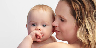 赤ちゃんの採血、「カンガルーケア」で痛みをセーブ?の写真
