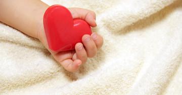 移植を待つ子どもを助ける補助人工心臓、心臓外科医の観点からの写真