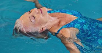 パーキンソン病のバランスは水中療法が効果的 の写真 (C) Robert Kneschke - Fotolia.com