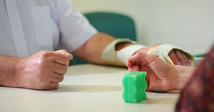 脳卒中後の上肢機能改善に、在宅での拘束誘導運動療法が有効の写真