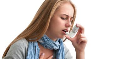 イベルメクチンで治癒、糞線虫の過剰感染症候群のためステロイドを中止した喘息患者の写真