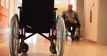 老人ホームにいる人は、尿漏れがあっても9割は薬で治せない?の写真