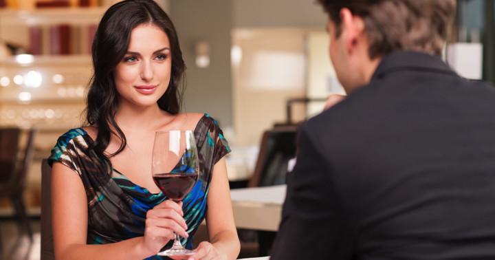 見栄を張るから?男性が女性と一緒に食事する時の行動の写真