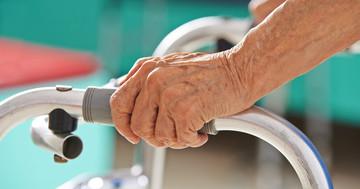 年齢を重ねると男性のほうが女性に比べてパーキンソン病にかかりやすいの写真