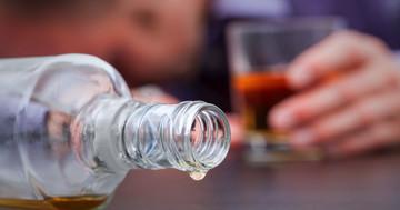 アルコール中毒で起こる腹痛、危険な原因もの写真