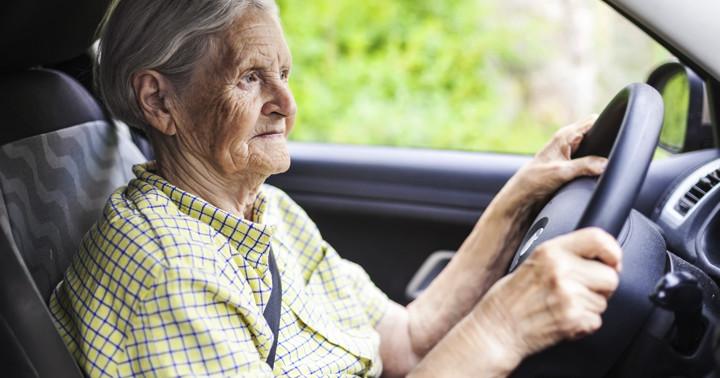高齢者が車の運転をやめるとうつになりやすい?の写真