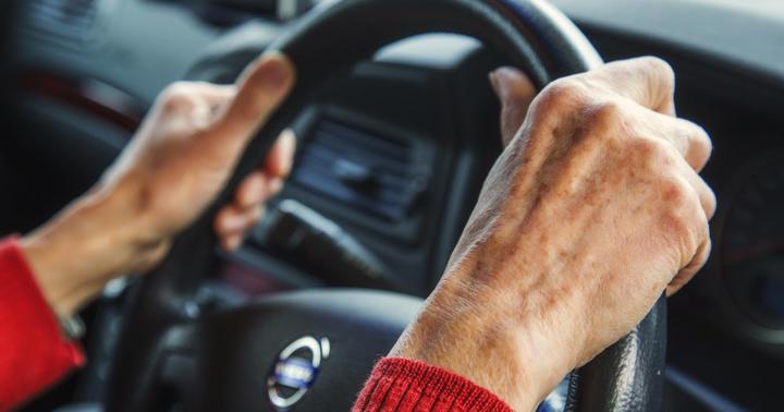 睡眠薬を飲んでいる高齢者には交通事故が多いの写真
