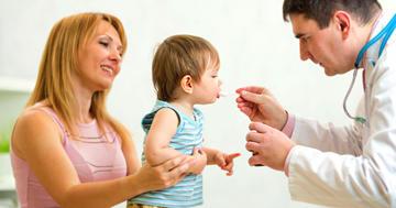 予防注射が痛くて泣く1歳児に、砂糖水を飲ませてみたらの写真