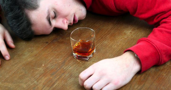 急性アルコール中毒の危険な症状と周囲ができる初期対応の写真