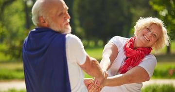 ダンスをする人とウォーキングをする人はどちらが健康かの写真