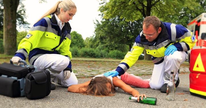 アルコールが原因での救急搬送の割合が一番高い時間帯と、運ばれてくる人の特徴の写真