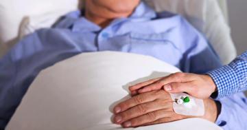 「家で死にたい」vs「病院で死にたい」どちらがより長く生きるのか?の写真