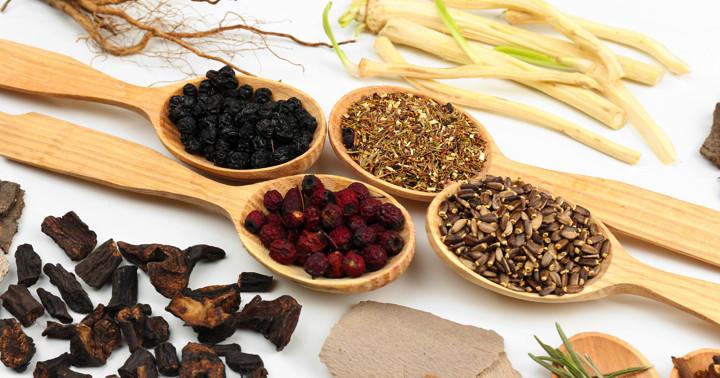子宮筋腫の漢方薬とは?お腹の痛み、頭痛、吐き気、貧血などに対する効果、副作用について解説の写真