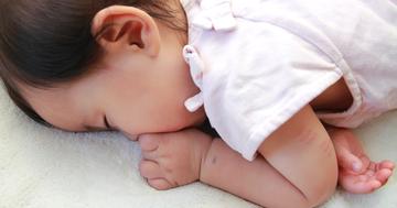 赤ちゃんのうつ伏せ寝に注意!93%の親が間違っていた寝かせ方の写真