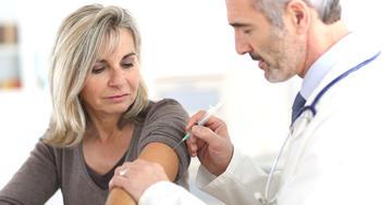 閉経で骨が減った女性に、ロモソズマブの注射で骨折リスク75%減の写真