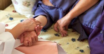 震災で乳がんを3年見過ごすことになった59歳女性の写真 (c) acworks