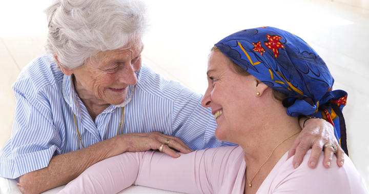 頭を冷やして脱毛を軽減、抗がん剤治療中の乳がん患者をケアの写真