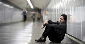 なぜ50歳女性が駅で一晩過ごさなければならなかったのかの写真